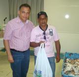 O presidente da ACIEI fez a entrega do primeiro brinde ao senhor Raimundo